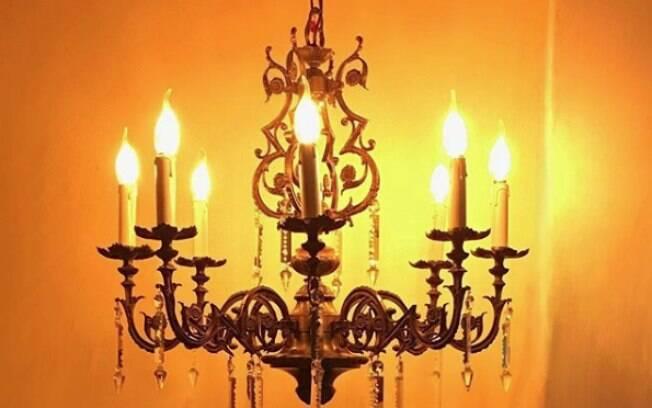 O candelabro Lumiere tem 91 anos e é original da Alemanha; os dois se conheceram no Ebay