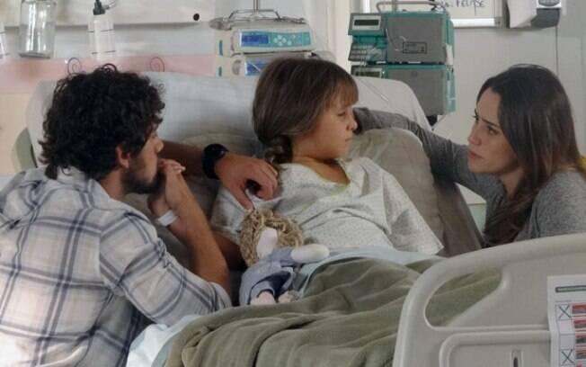 Ana e Rodrigo tentam manter Júlia calma antes da cirurgia