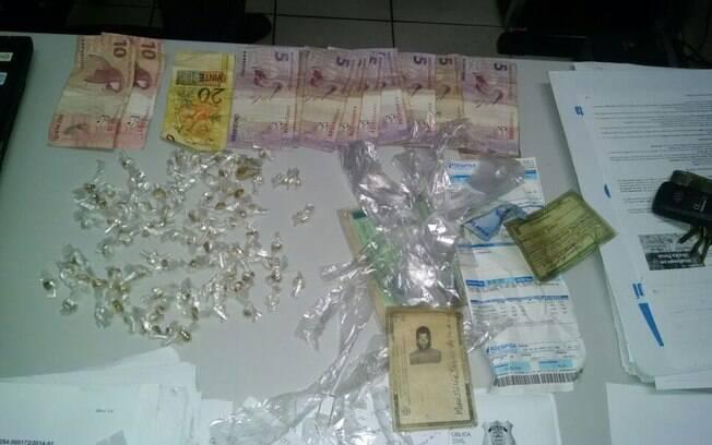 Bens apreendidos na casa das três mulheres: drogas, joias e um pouco de dinheiro. Foto: Polícia Militar do Piauí