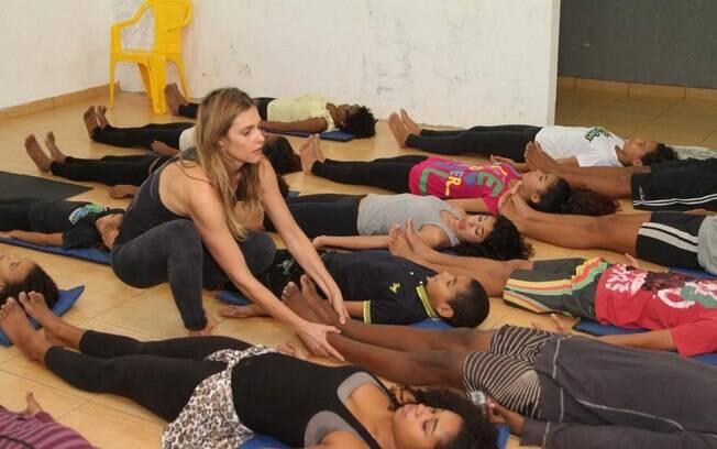 Fernanda Lima dá aula de ioga para crianças