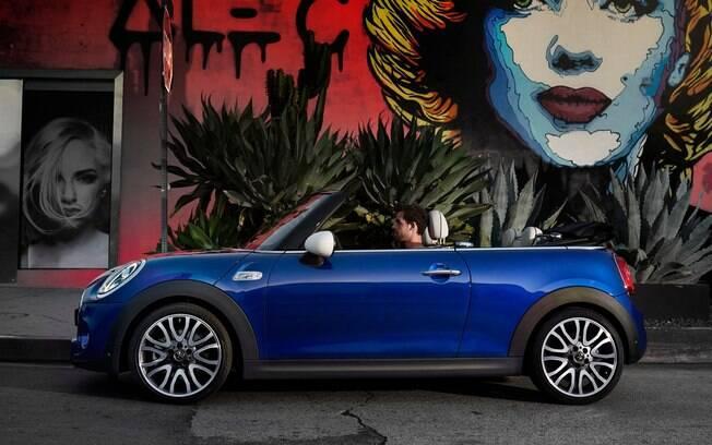 Sem capota, o Mini Cooper S Cabrio passa a ter a capota dobrada na traseira, mas o carro fica mais alto astral