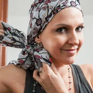 Aprenda com Flávia Flores sete jeitos diferentes de usar lenço na cabeça