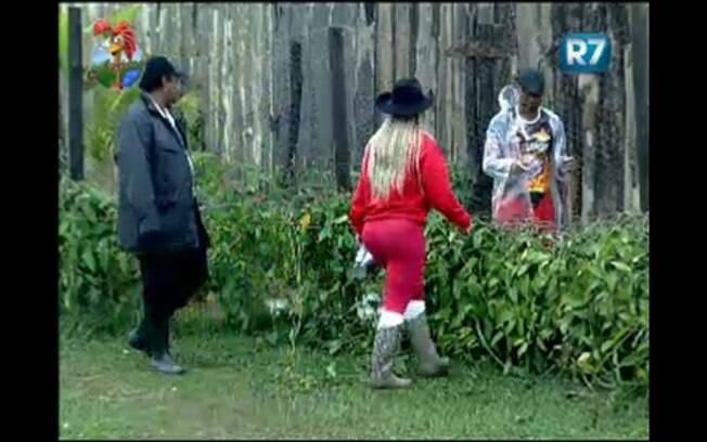 Valesca ensina Dinei a cuidar do galinheiro