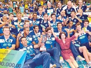 Donos do mundo. Jogadores, comissão técnica e dirigentes comemoram a conquista inédita de 2013