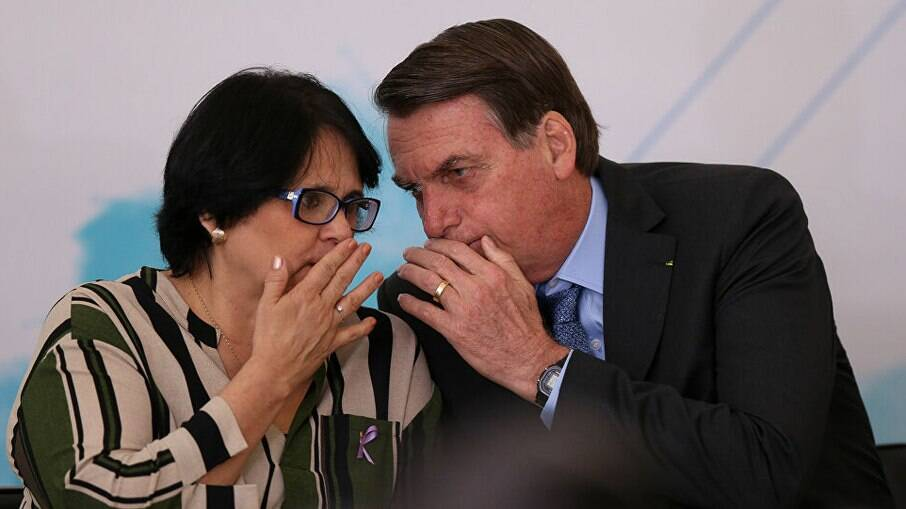 A ministra do Ministério da Mulher, da Família e dos Direitos Humanos, Damares Alves, e o presidente Jair Bolsonaro