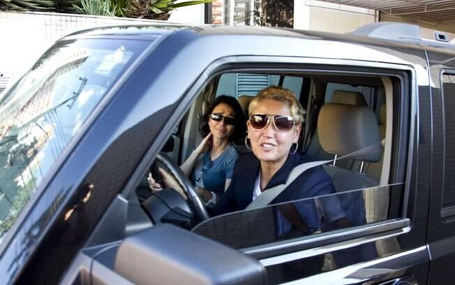 Xuxa deixa o Hospital Santa Cruz: