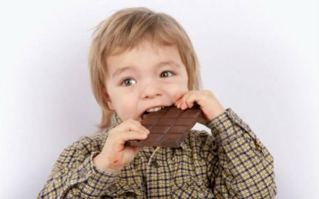 Apesar de adepta da alimentação vegana, mãe deixou que o filho comesse chocolate ao leite e isso enfureceu sua família
