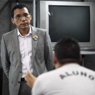 Cláudio Nascimento, coordenador do Rio Sem Homofobia, ouve dúvida de aluno