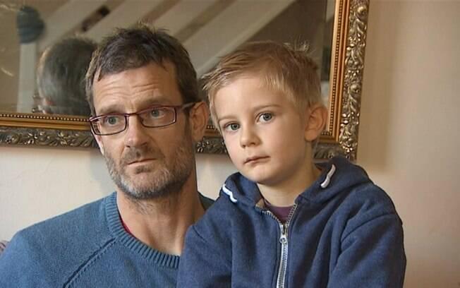 Derek achou a conta dentro da mochila de escola do filho, Alex