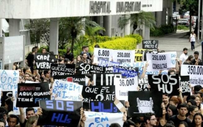 Manifestantes protestam diante do Hospital Universitário Clementino Fraga Filho, no Rio