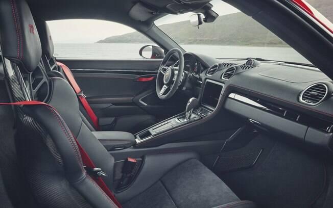 Repare em detalhes como as maçanetas das portas de tecido vermelho entre os itens exclusivos do Porsche 718T