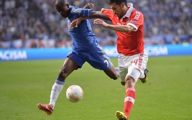O brasileiro Ramires disputa a bola com o  argentino Garay na final da Liga Europa