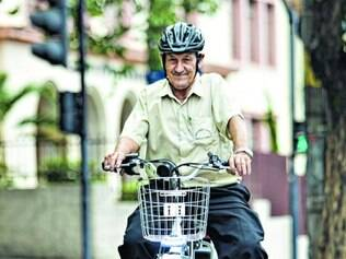 Vitalidade.  Aos 76 anos, seu Isaías garante que a boa saúde se deve às muitas décadas pedalando