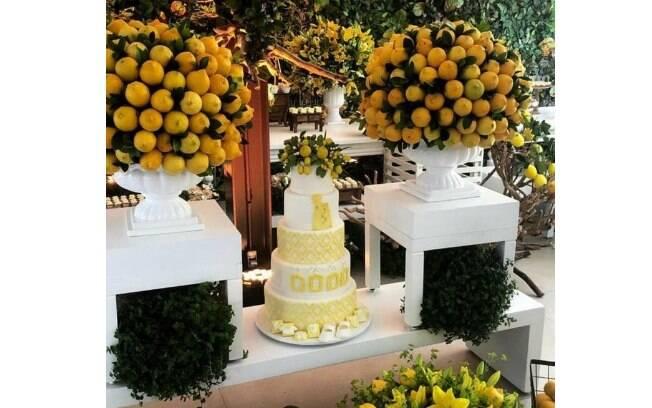 Chá de bebê de Sabrina Sato: a mesa do bolo, que tinha cinco andares, foi um dos pontos de destaque da decoração