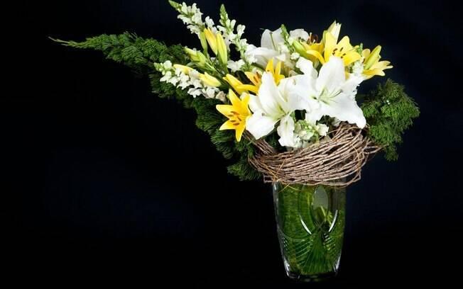Faça lindos arranjos com flores e frutas em taças, jarras e louças que já não são tão usadas