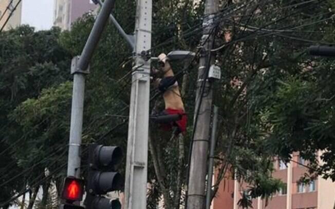 Ainda não se sabe o motivo de o homem ter escalado poste de luz, mas autoridades suspeitam de tentativa de furto