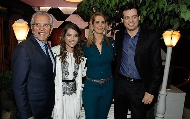 Carlos Alberto de Nóbrega e a filha posam com Celso Portiolli e a mulher
