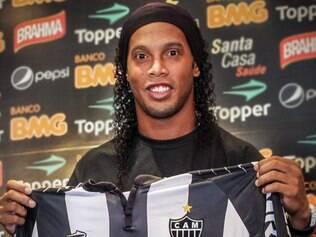 Ronaldinho postou foto de quando foi apresentado no Atlético