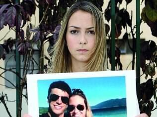 Gutierrez. Jovem mostra foto com namorado, o estudante Matheus Salviano, 21, vítima de latrocínio em BH