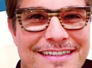 Edson Celulari escolheu um modelo estiloso de óculos de grau nesta quinta-feir a (20)