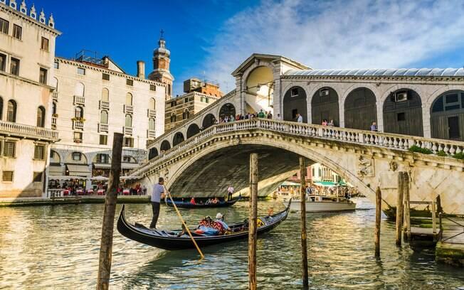 A Ponte de Rialto oferece uma vista para as águas do Grand Canal, merecendo um lugar na lista de pontes famosas