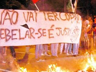 Barricada. Manifestantes queimaram sutiãs, lixo e catracas na porta da Prefeitura de Belo Horizonte