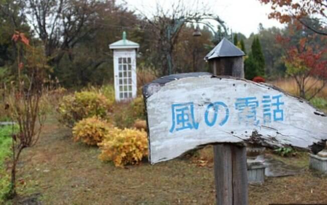 Itaru Sasaki construiu o jardim e a cabine telefônica onde os visitantes podem entrar e 'conversar' com os que se foram