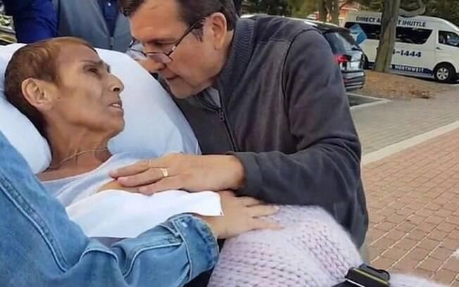 Mulher consegue ver o pôr-do-sol na praia com o marido antes de falecer com câncer terminal