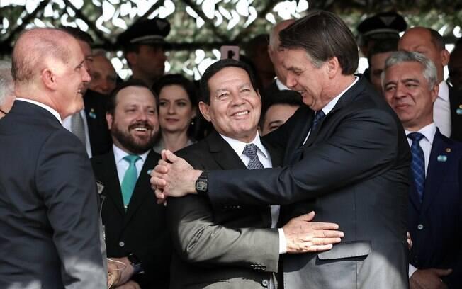 Presidente Jair Bolsonaro abraça o vice-presidente Hamilton Mourão