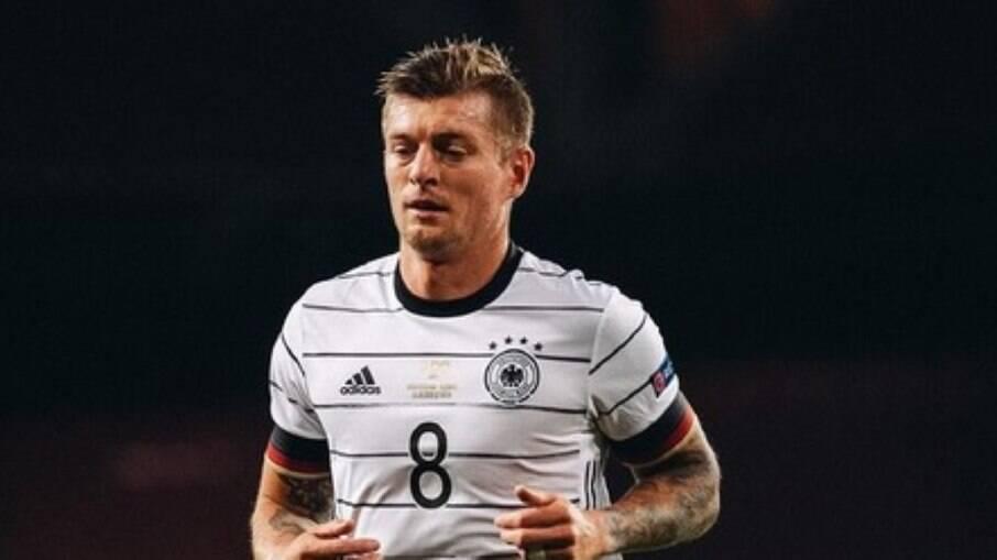 Um dos destaques da seleção alemã, Toni Kroos estará em campo contra a Islândia