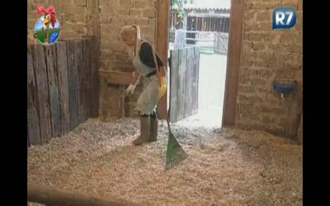 Monique Evans limpa o estábulo