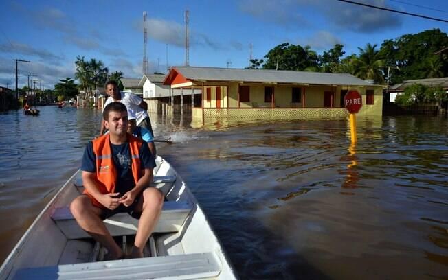 Equipe de resgate em uma das principais vias da cidade de Tarauacá. Foto: Asscom Prefeitura de Tarauacá