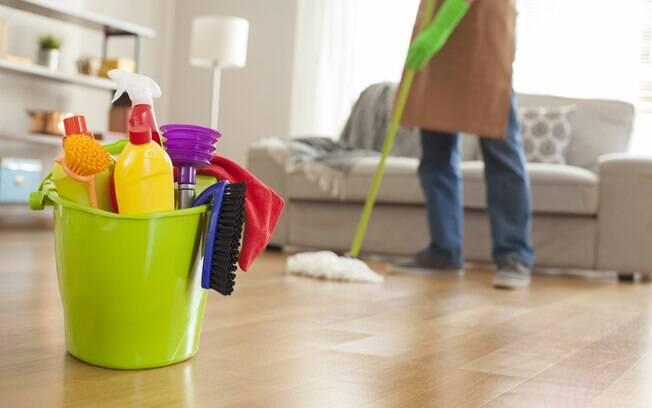 Na sala de estar, é importante usar os produtos para limpar a casa adequados e também evitar cortinas e tapetes