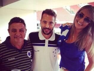Foto do ex-presidente Zezé Perrella com o meia Everton Ribeiro circula nas redes sociais