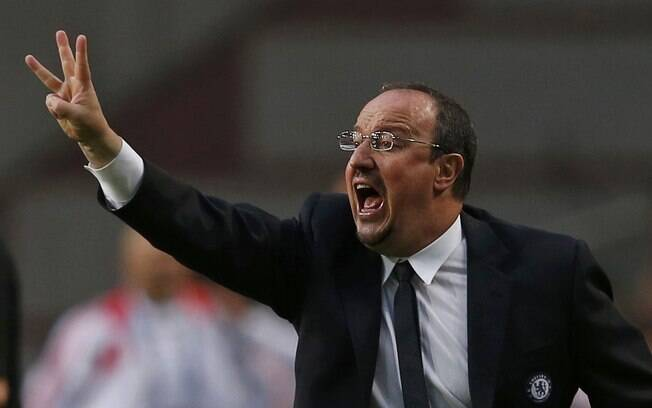 Rafa Benitez, técnico do Chelsea, instrui o  time na final da Liga Europa