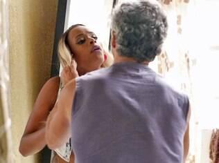 Personagem agressivo tenta agarrar mulheres à força em 'A Regra do Jogo'