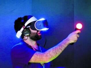 Jordan Saleh usa o sistema Morpheus para mergulhar em jogo de realidade virtual