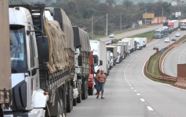 Paralisação de caminhoneiros atinge distribuição e abastecimento em todo o País