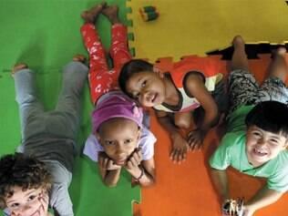 Crianças da Fundação Sara fazem atividades recreativas que contribuem com o tratamento de câncer