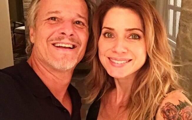 """Leticia Spiller posa ao lado de Marcelo Novaes: """"Hoje tem"""""""