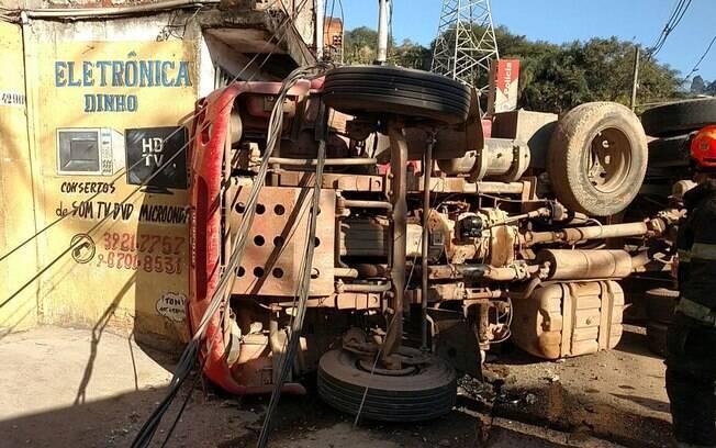 Equipes da CET estão no local do acidente para remover o caminhão da pista; Eletropaulo também foi acionada