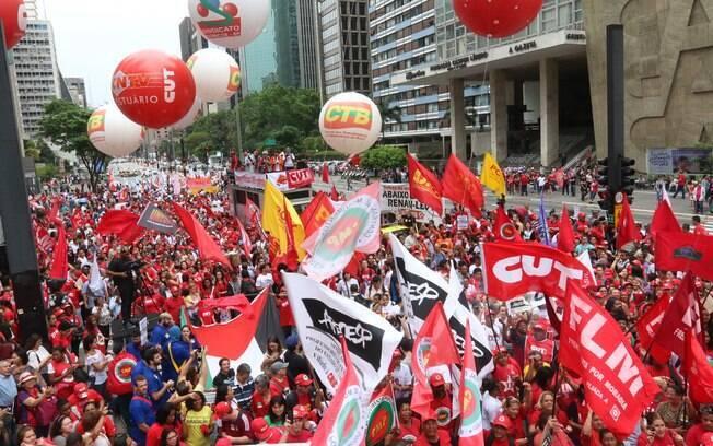 Manifestantes se reúnem na avenida Paulista, em SP, em ato pró-Dilma e a favor da democracia. Foto: Roberto Parizotti/ CUT - 3.10.15