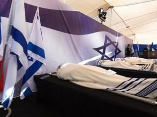 Corpos dos judeus, vítimas de ato terrorista a um mercado em Paris, são velados nesta terça-feira (13)