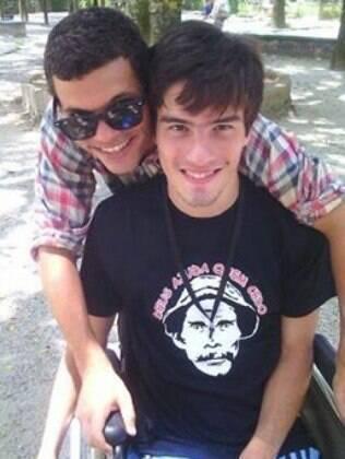 Pedro Azevedo Fernandes e o namorado andante Thiago Matias de Oliveira