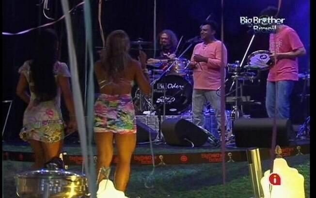 Fabiana e Kelly sambam ao som de Sambô