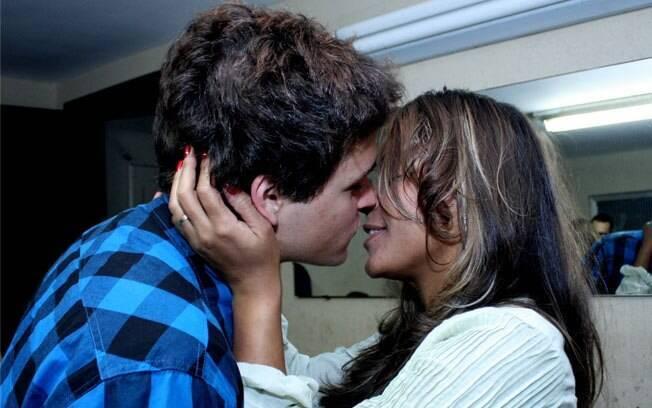 Felipe Dylon e Aparecida Petrowky se beijam após show da banda do cantor