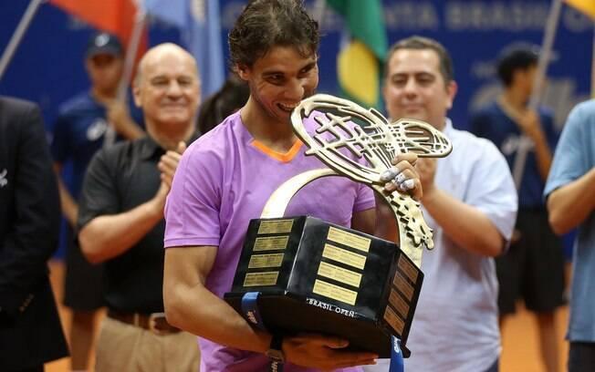 O espanhol Rafael nadal exibe o troféu após  conquistar o Brasil Open