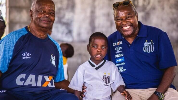 Camisa do Santos  garoto africano recebe visita de ídolos do time - Futebol  - iG 16c322b676619