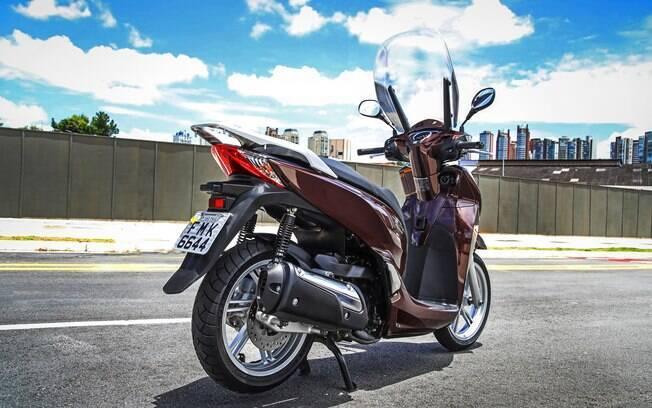 As rodas de aro 16 polegadas conferem estabilidade e visual moderno ao scooter