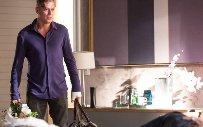 Arthur flagra Eliza e Rafael dormindo na mesma cama, em